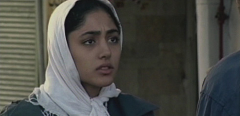 Along the way he recognizes Eti (Golshifteh Farahani) and engages her in conversation.